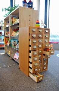 Bild av bokhyllan i barnhörnan